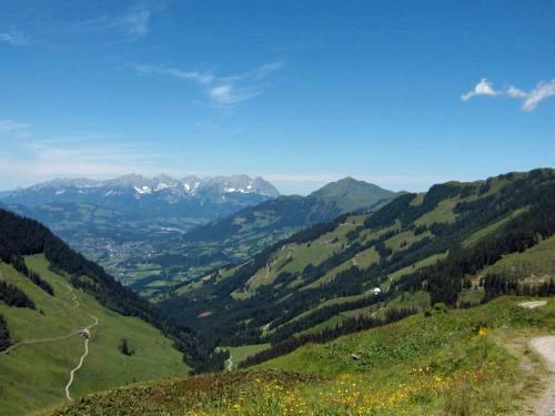 Blick zur Bochumer Hütte, nach Kitzbühel und zum Kaiser