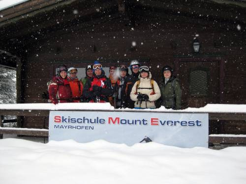Tiefschneekurs 2010 - Vor der Skihütte der Skischule in Mayrhofen