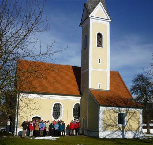 Kleine Menschen vor großer Kirche