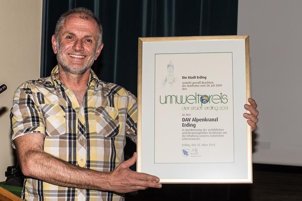 Michael Grötsch präsentiert die Umweltpreis-Urkunde