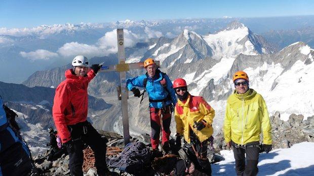 Aletschhorn (v.l.): Wolfgang Lex, Rainer Preis, Rudi Riepl und Michael Kreuz  (im Hintergrund über dem Gipfelkreuz Matterhorn und Dent Blanche)