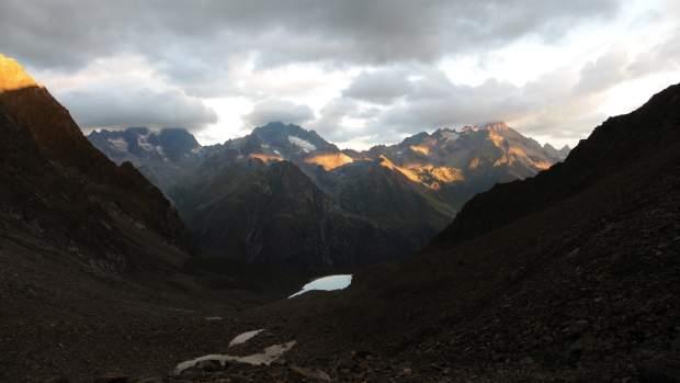 Aufstieg zum Weißmaurach Joch - im Hintergrund Wazespitze